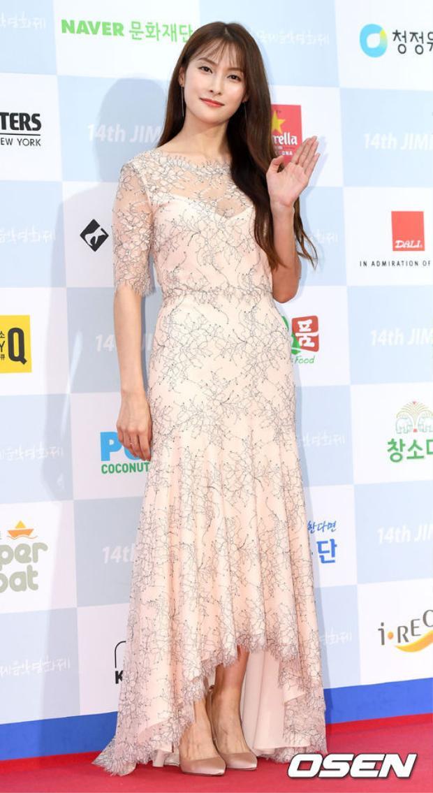Cựu trưởng nhóm KARA, Park Gyuri thanh khiết trong bộ váy ren tinh tế màu be.