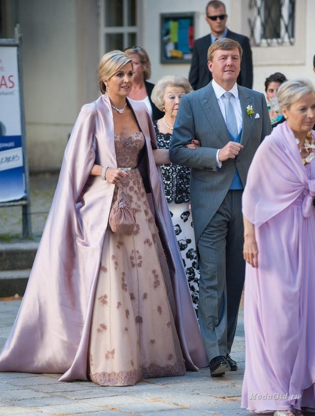 Tại các sự kiện Hoàng gia, Hoàng hậu Maxima thường lựa chọn những bộ váy quý phái với họa tiết cầu kỳ sang trọng với tông màu nền nã hơn
