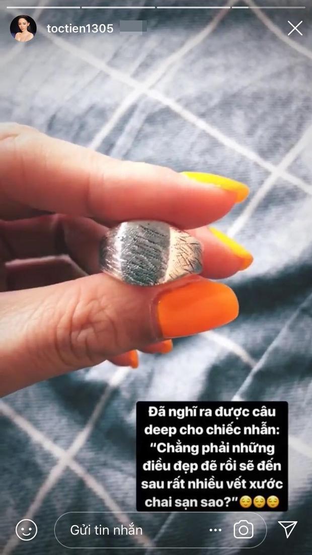 """Câu hỏi đặt ra ở đây, liệu rằng chiếc nhẫn có phải là vật được trao sau màn cầu hôn của""""phù thủy âm nhạc"""" và Tóc Tiên?"""