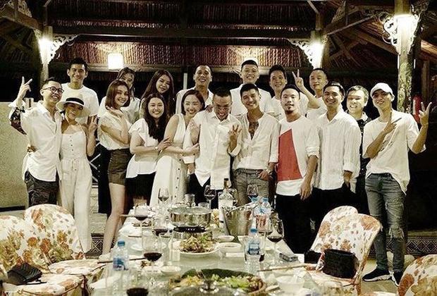 Bức ảnh gây chú ý nhất mạng xã hội: Tóc Tiên khoác tay thân mật bên cạnh Hoàng Touliver.