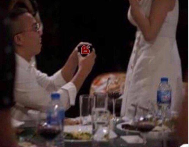 Cầm chiếc hộp chứa nhẫn xinh xắn trên tay, Hoàng Touliver quỳ gối cầu hôn Tóc Tiên.