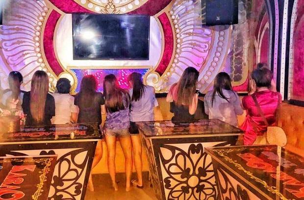 Nhiều nữ tiếp viên ăn mặc mát mẻ ngồi tiếp khách. Ảnh: VTC.