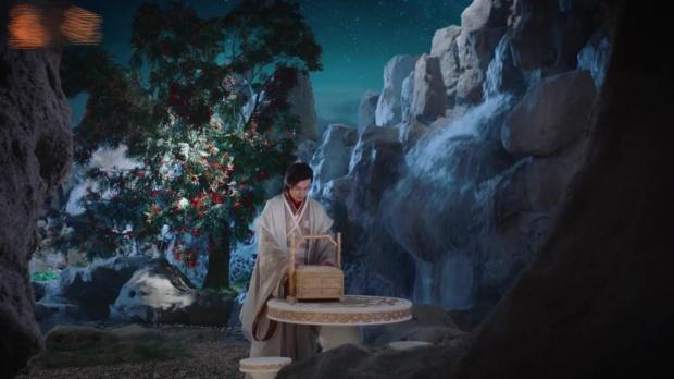 Kẹp đồng tâm kết và bánh cho Cẩm Mịch nhưng Húc Phượng lại không thể tận tay đưa nàng