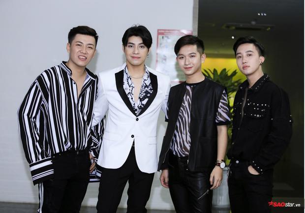 Nam ca sĩ đặc biệt dẫn theo 3 học trò The Voice 2018 - Đỗ Hoàng Dương, Hà Đức Tâm, Hoàng Xuân Quỳnh.