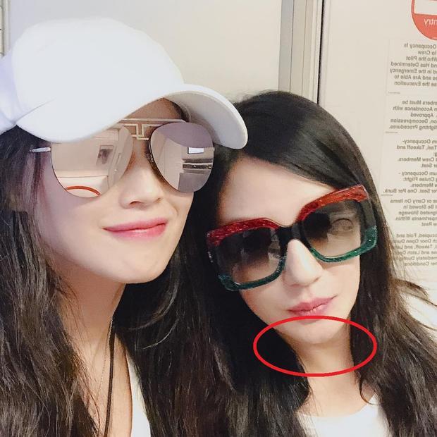 Thế nhưng ở trong bức ảnh selfie do Triệu Vy đăng tải có thể thấy rõ làn da cổ nhăn nheo lộ rõ dấu hiệu lão hóa.