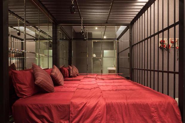 Giường ngủ được dựng ngay trong song sắt.