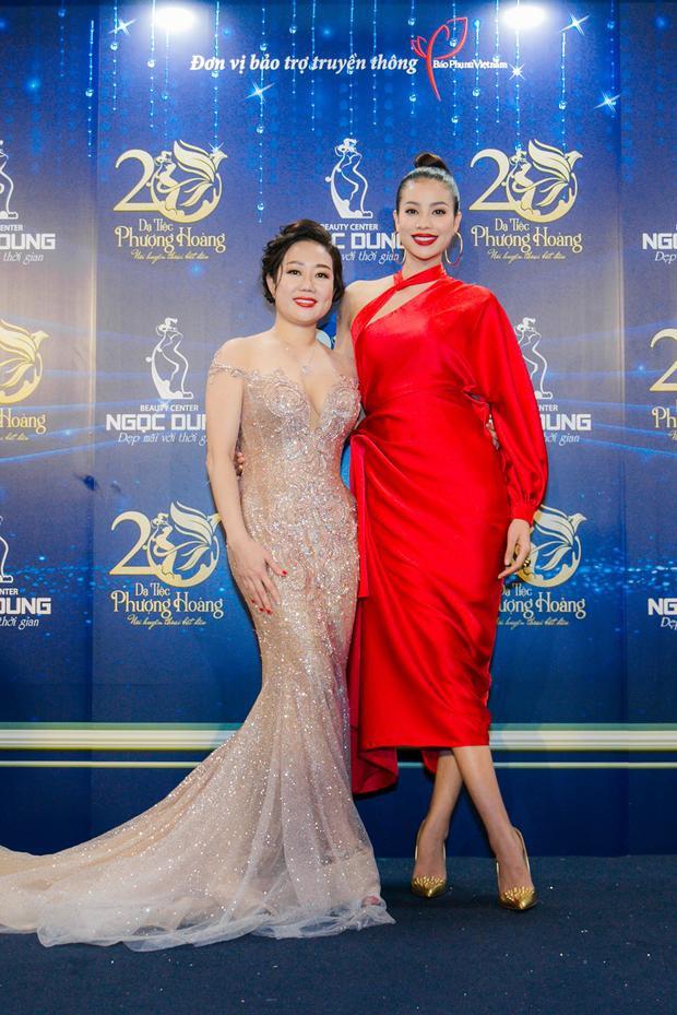 """Có mặt tại sự kiện, một lần nữa Hoa hậu Phạm Hương lại """"đánh gục"""" người đối diện bởi vẻ đẹp rạng rỡ cùng phong cách thời trang sang trọng, đẳng cấp."""
