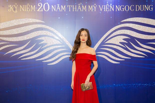 """Sau khi """"nâng cấp"""" vòng 1 Jun Vũ tự tin diện váy hở vai khoe thân hình gợi cảm bốc lửa."""