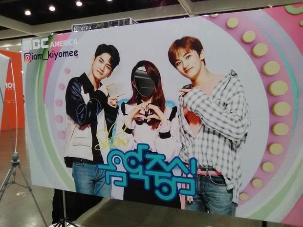 Hình ảnh Mina bị cắt mất mặt để fan có thể chụp ảnh cùng Ong Seongwo và Mark.