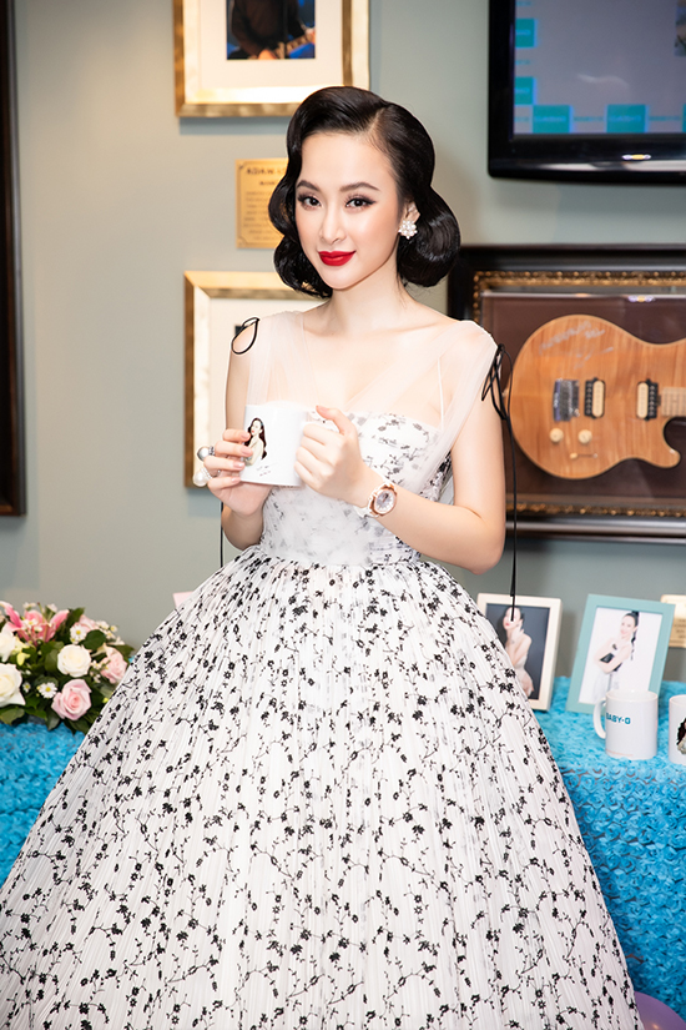 Bộ váy mang lại vẻ ngoài vừa nhẹ nhàng, vừa kiêu kỳ cho người nữ diễn viên.