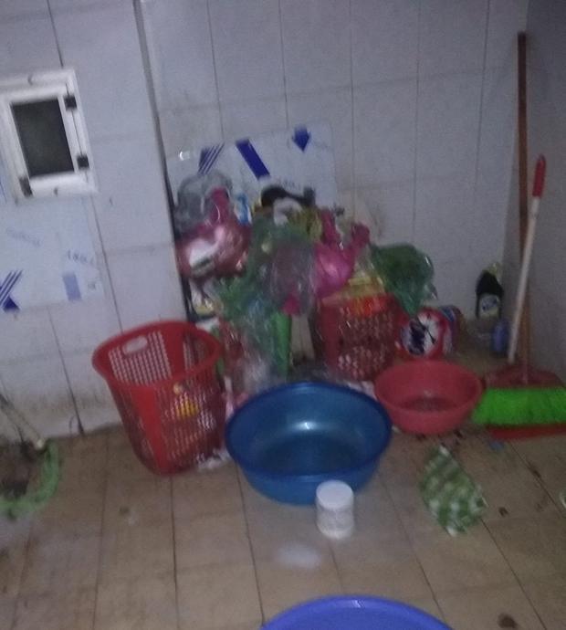 Cận cảnh đống rác to vật vã trong góc phòng ký túc xá của nữ sinh.
