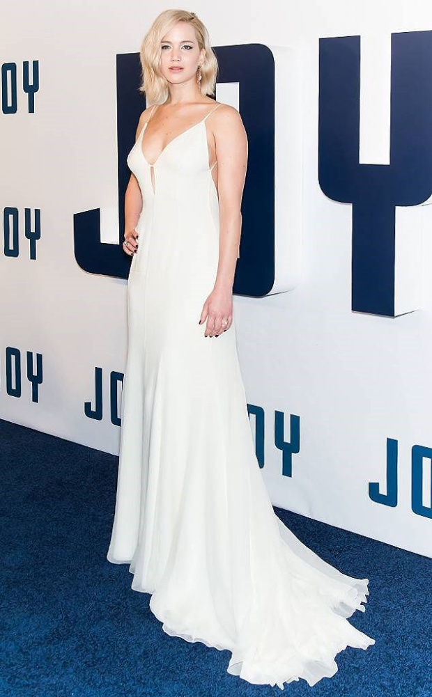 """Bộ váy cut out màu trắng quyến rũ, sang trọng cùng phong thái tự tin, vui tươi, Jennifer đã """"chiếm trọn"""" trái tim của hàng ngàn người hâm mộ tại sự kiện công chiếu bộ phim """"Joy"""" ở New York."""