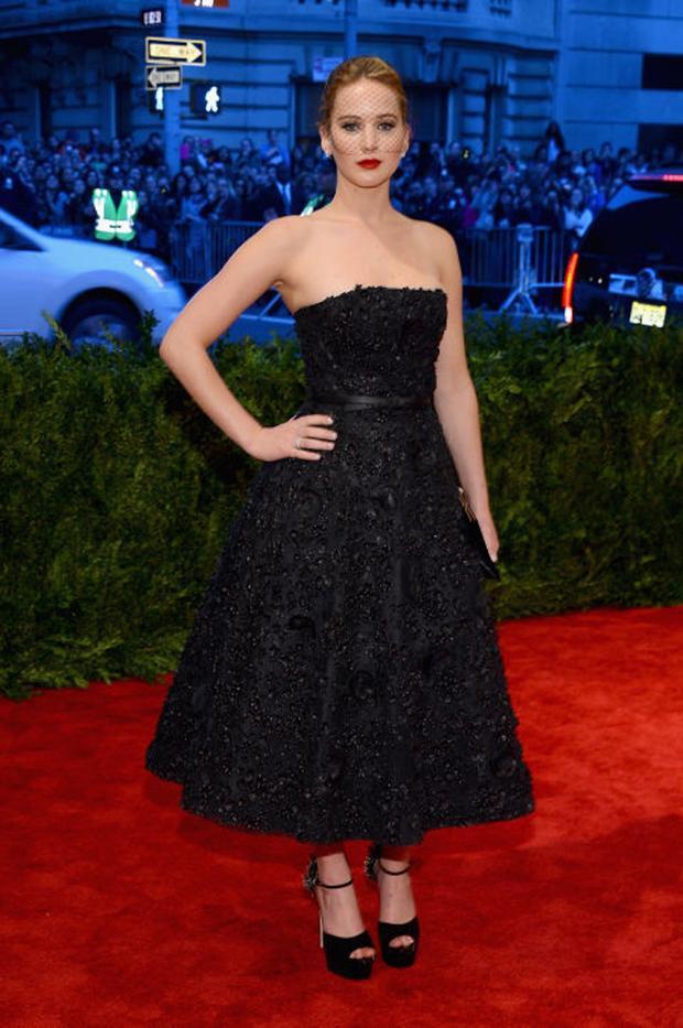 Theo style cổ điển, trong một bộ đầm đen của thương hiệu Christian Dior tô điểm với cái lưới che nửa mặt vô cùng độc đáo góp phần nổi bật nét đẹp của cô.