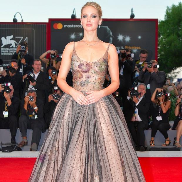 """Lộng lẫy tại sự kiện Venice 2017 để quảng bá cho bộ phim kinh dị """"Mother!"""", Jennifer Lawrence nổi bật trong bộ váy khoét ngực sâu vô cùng gợi cảm nằm trong bộ sưu tập xuân hè 2017 của Dior Haute Couture."""