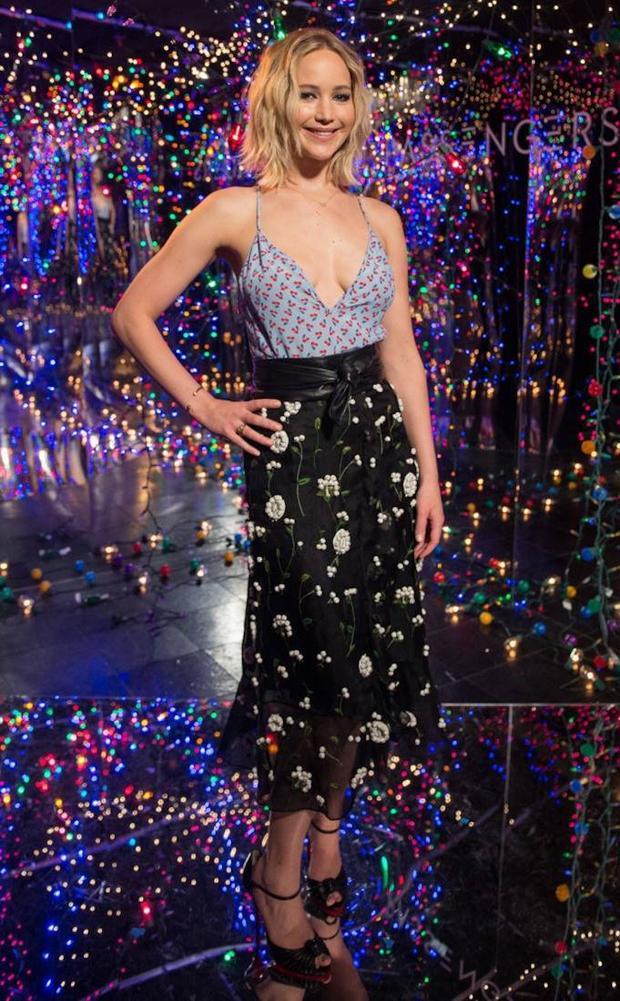Tại buổi ra mắt phim Passenger, ở khách sạn Los Angeles. Chân váy và áo dây họa tiết hoa được Jennifer Lawrence phối hơp khéo léo, trông cô thật thời thượng và phong cách.