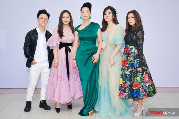 HLV Thu Phương cùng 4 trò cưng trước khi lên sân khấu.