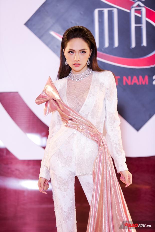 Hương Giang chọn lối makeup nhẹ nhàng và kiểu tóc chuốt ngược ra phía sau vô cùng cá tính phù hợp với bộ suit.