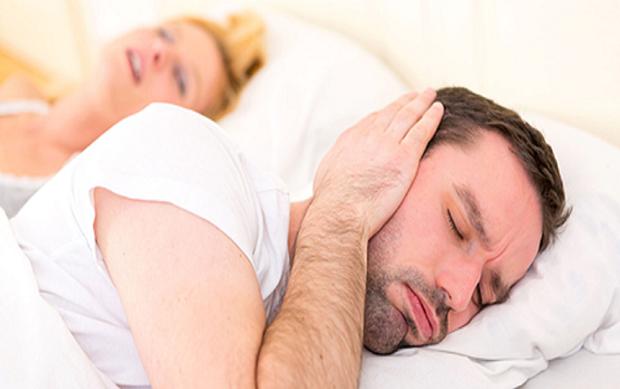 Người chồng quá mệt mỏi với tiếng ngáy của vợ.