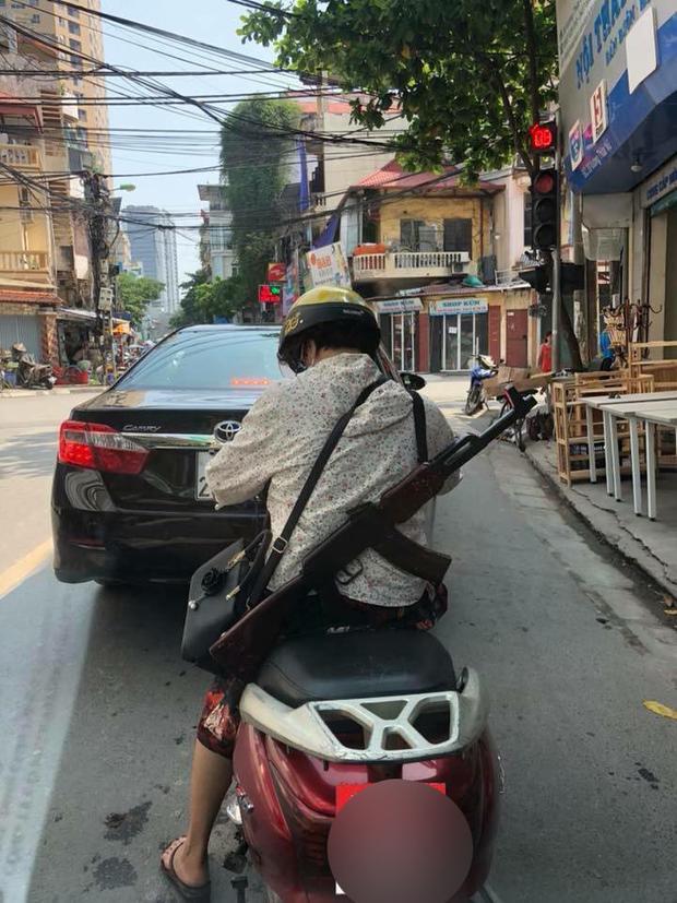 Cư dân mạng sốc khi nhìn chị ninja đeo súng AK đi hiên ngang trên phố. Ảnh: Hoàng Trần.