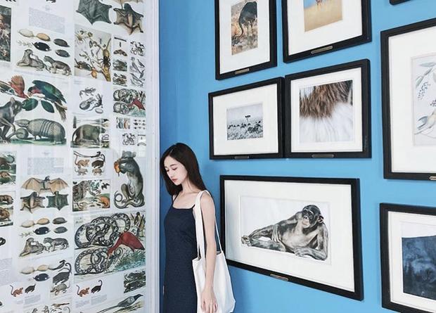 Jun Vũ cũng đăng một bức ảnh tương tự, ở cùng một địa điểm, trang phục cũng ton sur ton với Đăng Khoa.