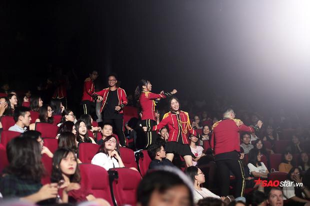 … và tự tin nhảy múa khi đứng giữa hàng ghế khán giả, thể hiện bản lĩnh trình diễn vô cùng đáng nể.