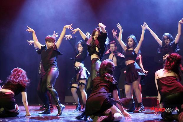 Những vũ điệu nóng bỏng, dàn dựng công phu và sáng tạo thể hiện tài năng của các học sinh chuyên Hà Nội - Amsterdam