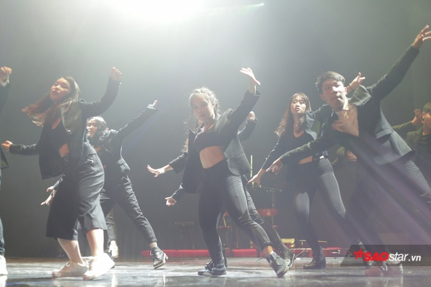 Các dancer mạnh mẽ, dứt khoát trên sân khấu…