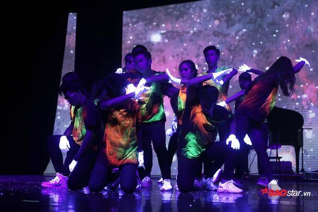 Đỏ mặt xem học sinh THPT Amsterdam khóa môi cực ngọt ngay trên sân khấu biểu diễn kịch