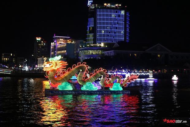 Năm nay, đêm hội còn được bố trí thêm 2 con rồng cỡ lớn với chiều cao khoảng 5m và chiều dài 12m
