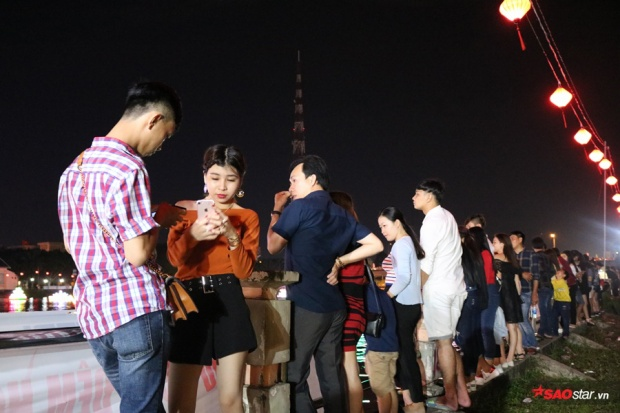 Rất nhiều bạn trẻ cùng đứng dọc bờ sông để thưởng thức vẻ đẹp hoa đăng
