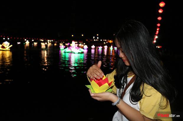 Bạn Trúc Thủy (21 tuổi) từ Sài Gòn xuống để chiêm gưỡng vẻ đẹp hoa đăng