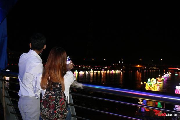 Nhiều cặp đôi cũng chọn cho mình một vị trí trên cầu để ngắm hoa đăng
