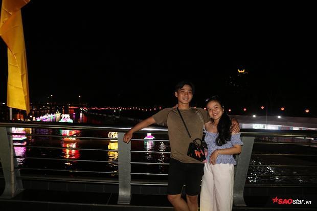 Cặp đôi chụp hình để lưu giữ khoảnh khắc đẹp