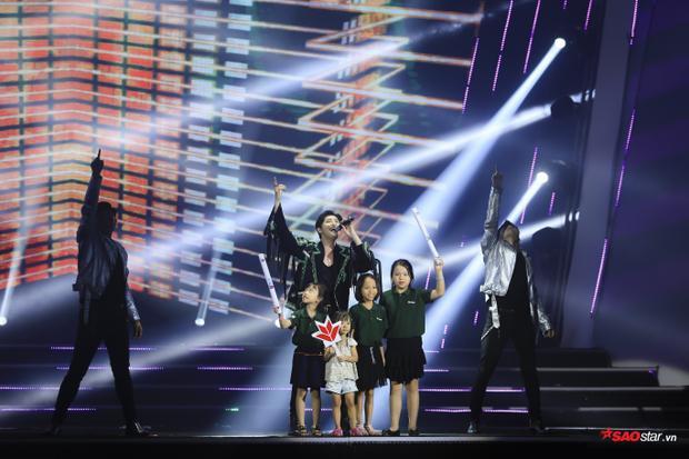 Hình ảnh chỉ có tại sân khấu âm nhạc của Noo Phước Thịnh.