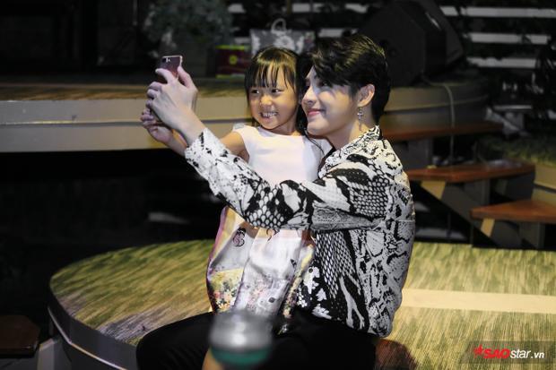 Hình ảnh Noo Phước Thịnh cưng chiều selfie cùng fan nhí ngày 10/8 khiến fan đổ gục.