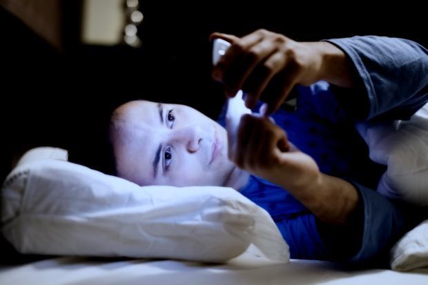 Dùng smartphone ban đêm không phải một thói quen tốt.