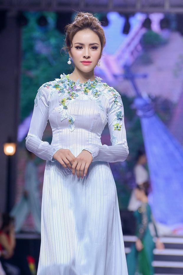 Trước khi đạt giải Hoa hậu Sắc đẹp Hoàn mỹ Toàn cầu 2017, Thư Dung có tham gia hoạt động nghệ thuật với vai trò người mẫu và diễn viên.