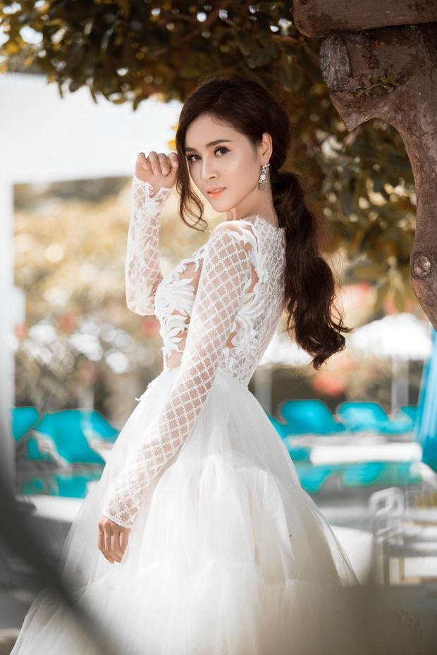 Tận dụng vóc dáng nuột nà của mình, nàng Á hậu dù xuất hiện trong trang phục nào cũng toát lên vẻ gợi cảm, đẹp hút ánh nhìn.