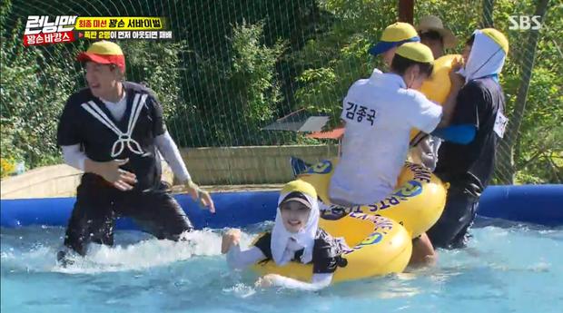 Cuối cùng Jennie cũng tìm được một vị trí an toàn trên phao cho chính mình.