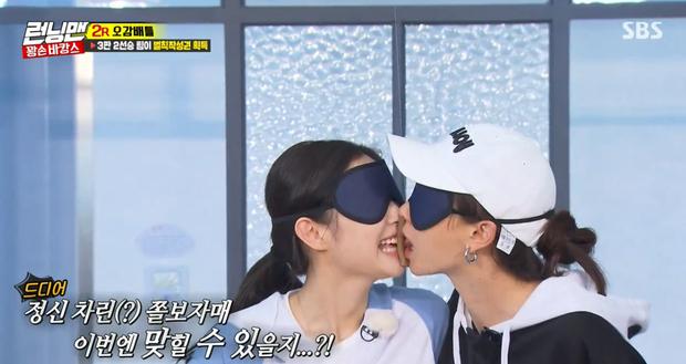 Nụ hôn gián tiếp của Ji Hyo và Jennie trong thử thách nếm đồ đoán tên.