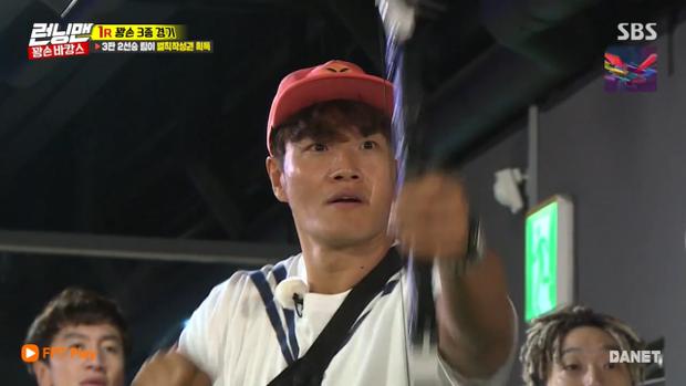 Với bộ cung tên đồ chơi, Jong Kook bị cô nàng hạ đo ván ngay sau lượt đấu thứ 2.