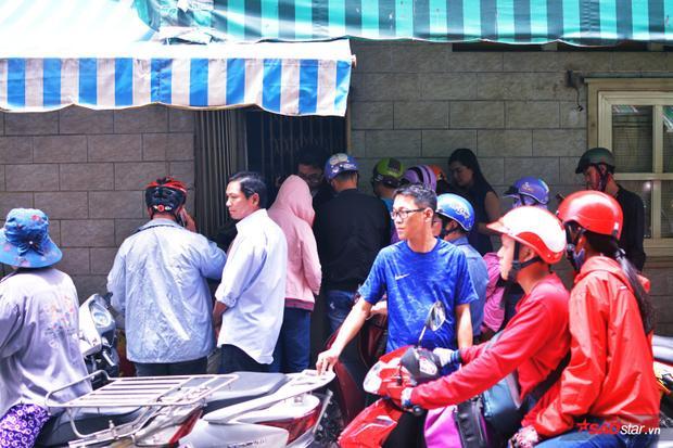Người dân trong xóm lại ra tay giúp dì Ba bán cua.