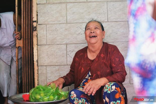 Nhờ sự giúp đỡ của mọi người, dì cảm thấy hạnh phúc lắm. Với dì, bí quyết cua ngon còn nhờnhững người hàng xóm giúp đỡ và ông bụt bà bụt đã đăng tấm ảnh dì lên mạng nên mọi người mới biết nữa…