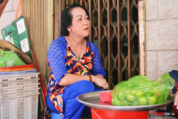 """Chị Thuý (51 tuổi, hàng xóm) giúp dì Ba bán cua, song nhiều lúc cũng gặp tình trạng lợi dụng đám đông, khách cố tình """"quên"""" trả tiền."""