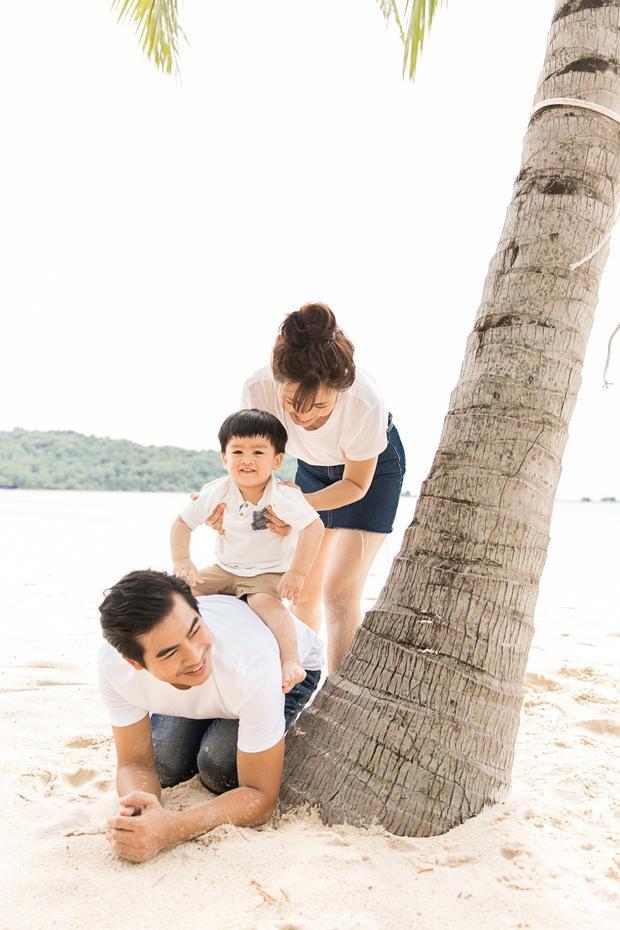 Ngọc Lan- Thanh Bình kỉ niệm 2 năm về chung một nhà bằng bộ ảnh cực đẹp ở biển