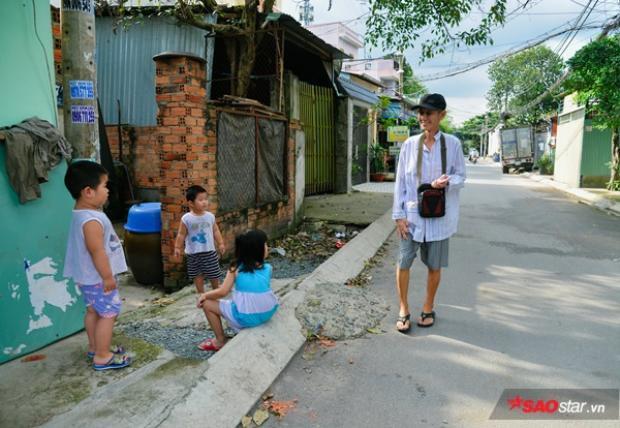 Hằng ngày, ba Hai đi giúp việc cho nhà chủ, ông Sang đi bán vé số quanh khu vực để trang trải cuộc sống.