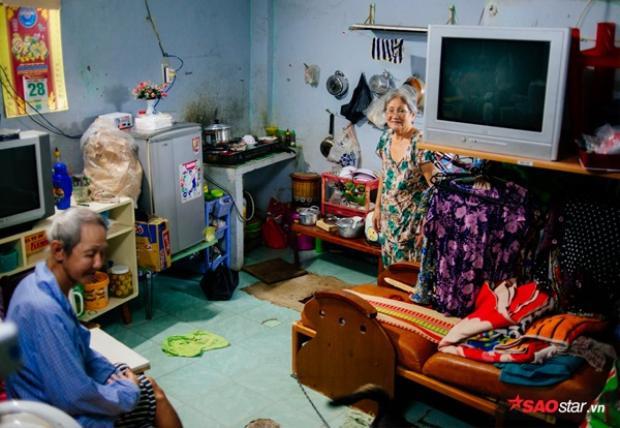 Căn trọ ọp ẹp nơi hai ông bà sinh sống, hầu hết các vật dụng trong nhà đều được người khác cho