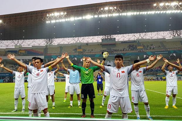 Olympic Việt Nam ăn mừng chiến thắng.