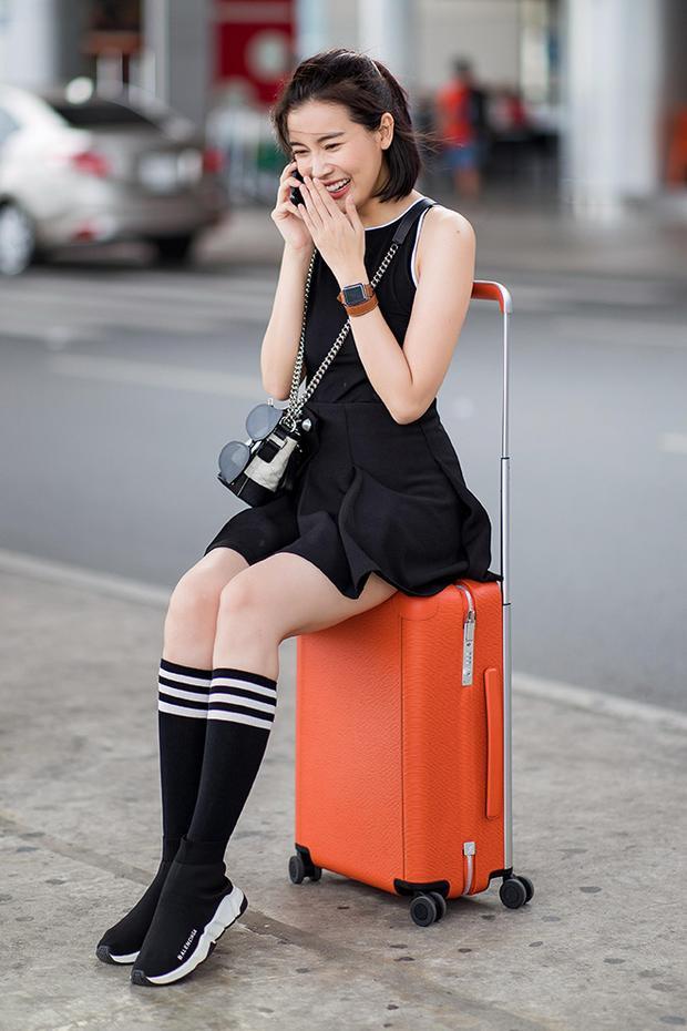 Người đẹp mặc nguyên set đen khoe làn da trắng hồng vóc dáng thon thả