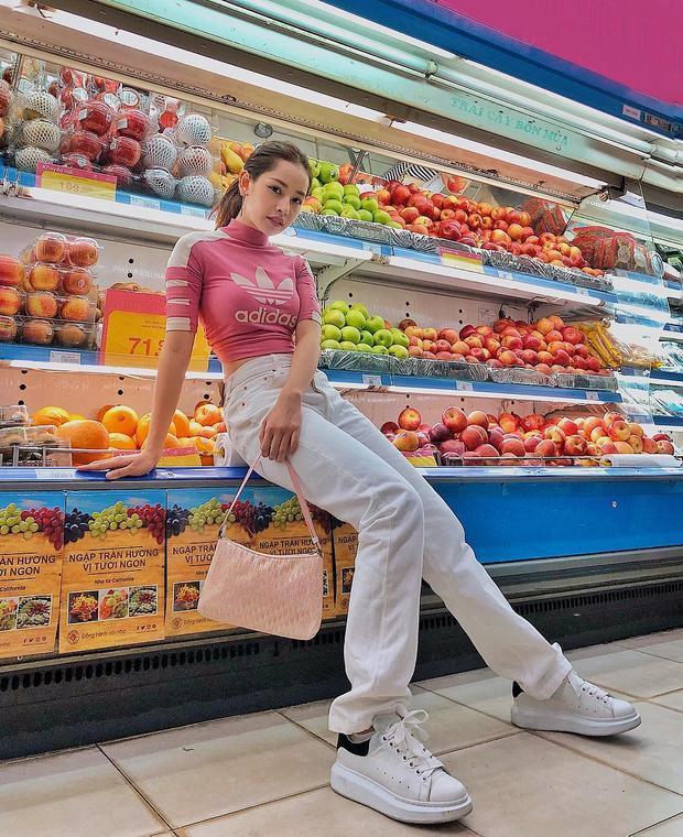 Bức ảnh Chi Pu chụp ở siêu thị đã khiến người hâm mộ nổ ra một cuộc tranh cãi.